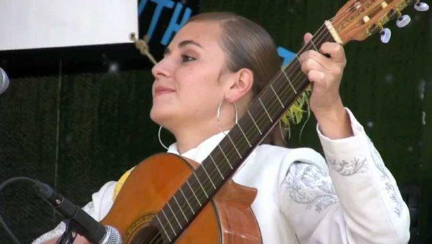 Tlaquepaque's lady mariachi